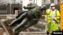 Статуя Роберта Мілліґана вшановувала його внесок у розбудову Лондона, але тепер більшу увагу привернула його роль як рабовласника