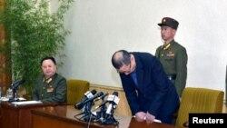Một trong hai người đàn bị Bắc Triều Tiên cáo buộc làm gián điệp cho Hàn Quốc cúi đầu trong một cuộc họp báo ở Bình Nhưỡng (Ảnh do thông tấn xã nhà nước Bắc Triều Tiên phát hành).