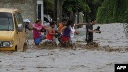 Một con đường bị ngập lụt ở Villa de Coral, Mexico, Thứ Tư 12/10/2011