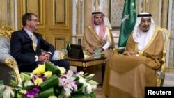 ລັດຖະມົນຕີປ້ອງກັນປະເທດ ສະຫະລັດ ທ່ານ Ash Carter ພົບປະກັບ ກະສັດ Salman bin Abdul Aziz ຂອງຊາອຸດີ ອາຣາເບຍ (ຂວາ) ຢູ່ທີ່ ພະຣາດຊະວັງ Al-Salam ໃນນະຄອນ Jeddah ປະເທດ ຊາອຸດີ ອາຣາເບຍ, ວັນທີ 22 ກໍລະກົດ 2015.