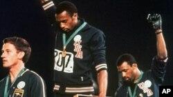 Tommie Smith (centre) et John Carlos, le 16 octobre 1968 aux JO de Mexico. (Archives AP)