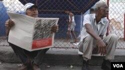 Un hombre lee en La Habana los lineamientos que explican los cambios económicos adoptados en la isla.