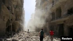 ພວກຜູ້ຊາຍ ກວດກາຄວາມເສຍຫາຍ ຫຼັງຈາກການໂຈມຕີ ທາງອາກາດໃສ່ ຊຸມຊົນ al-Qaterji ຂອງເມືອງ Aleppo ທີ່ຖືກຄວບຄຸມໂດຍພວກກະບົດ. ຊີເຣຍ, 25 ກັນຍາ, 2016.