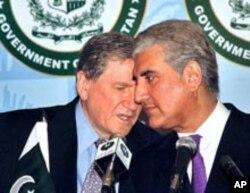 امریکی خصوصی نمانئدے ہالبروک پاکستانی وزیر خارجہ قریشی کے ہمراہ (فائل فوٹو)