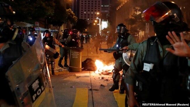 Policija Hong Konga na blokiranim ulicama grada