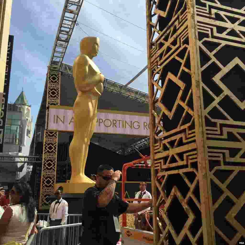 """مجسمه معروف اسکار به مناسبت برگزاری مراسم اسکار روبروی ساختمان """"دالبی"""" گذاشته شده است."""