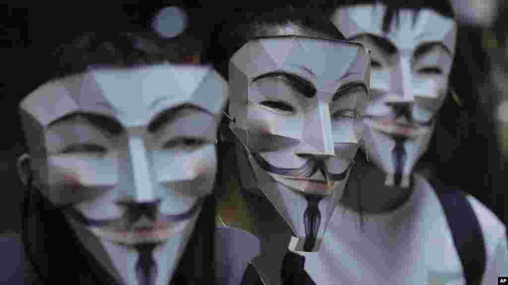 Los manifestantes se ponen máscaras de dibujos animados y superhéroes mientras forman una cadena humana a través de la ciudad china semiautónoma.