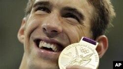 菲尔普斯7月31日在伦敦奥运会上手持他在4x200米自由泳接力中赢得的金牌