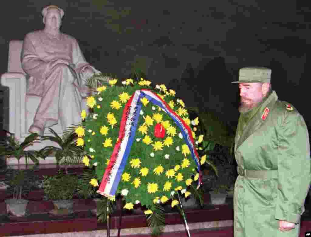 1995年12月2日,古巴主席卡斯特羅在北京毛澤東紀念堂向毛澤東致敬