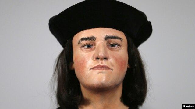 Patung Raja Inggris Richard III is dipajang pada konferensi pers di London (5/2).
