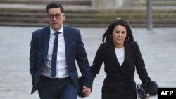 L'ex-footballeur et victime d'abus Andy Woodward arrive au tribunal avec sa compagne Zelda à Liverpool le 8 janvier 2018.