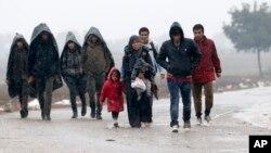 Một nhóm di dân đi bộ trong thời tiết giá rét trên con đường gần biên giới Serbia và Croatia, ngày 19/10/2015.