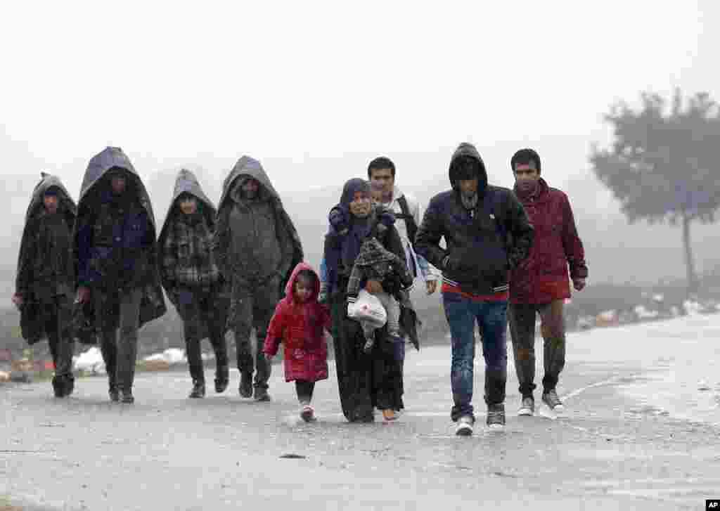 تقریباً تین ہزار کے قریب افراد سرحدی راستوں کی بندش کی وجہ سے سرد موسم اور بارش میں بلقان کی سرحد پر محصور ہو کر رہ گئے تھے۔