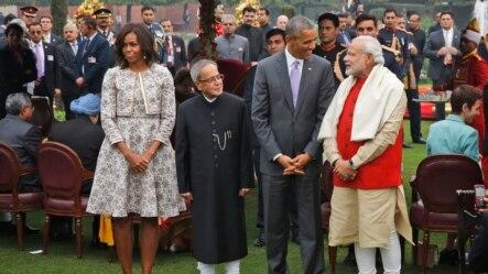 2015年1月26日,美国总统奥巴马(右二)和夫人米歇尔(右四)与印度总理莫迪(右一)和印度总统慕克吉(右三)在参加印度国庆日活动时的合影。