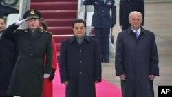 胡锦涛抵美 美副总统拜登接机