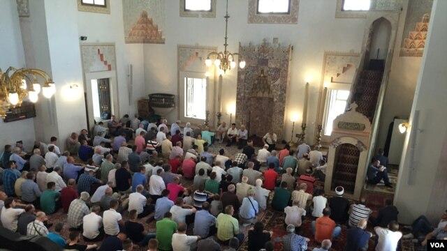 The central mosque in Sarajevo. (J. Swicord/VOA)
