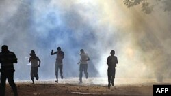 Nhân viên an ninh Ai Cập bắn hơi cay để giải tán biểu tình gần Bộ Nội vụ ở Cairo, ngày 29/6/2011