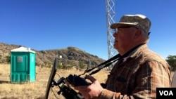 Glenn Spencer se ayuda con un dron para vigilar la frontera con México, en una misión que se ha autoadjudicado. (R. Taylor/VOA)