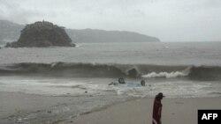 Một chiếc xe bị sóng cuốn ra biển ở Acapulco, Mexico, ngày 20/6/2011