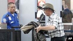Khách du lịch đi qua khu vực kiểm tra an ninh tại sân bay Quốc tế Portland ở Oregon
