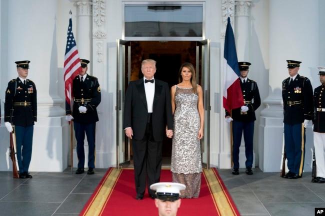 El presidente Donald Trump y la primera dama Melania Trump, esperan a sus invitados, el presidente Emmanuel Macron de Francia y su esposa Brigitte. Abril 24 de 2018.