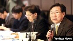 """김기문 한국 중소기업중앙회장이 4일 서울에서 열린 신년 기자간담회에서 """"현재 개성공단은 인력 수급에 어려움이 적지 않다""""면서 """"북한에 제2의 개성공단 설치를 적극 추진할 것""""이라고 밝혔다."""