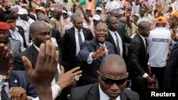 Le président ivoirien Alassane Ouattara salue la foule à son arrivée au congrès de son parti, le Rassemblement des Républicains (RDR), au pouvoir, à Abidjan, Côte d'Ivoire, 9 septembre 2017.
