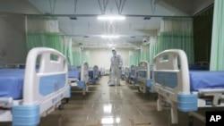 Seorang petugas tengah menginspeksi ruang isolasi darurat, khusus bagi pasien Covid-19 di stadion Patriot Candrabhaga di Bekasi, 9 Februari 2020. (Foto: dok).