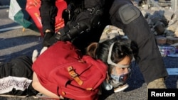 一名香港防暴警察在十一国庆期间的反送中抗议活动中逮捕一名抗议者。(2019年10月1日)