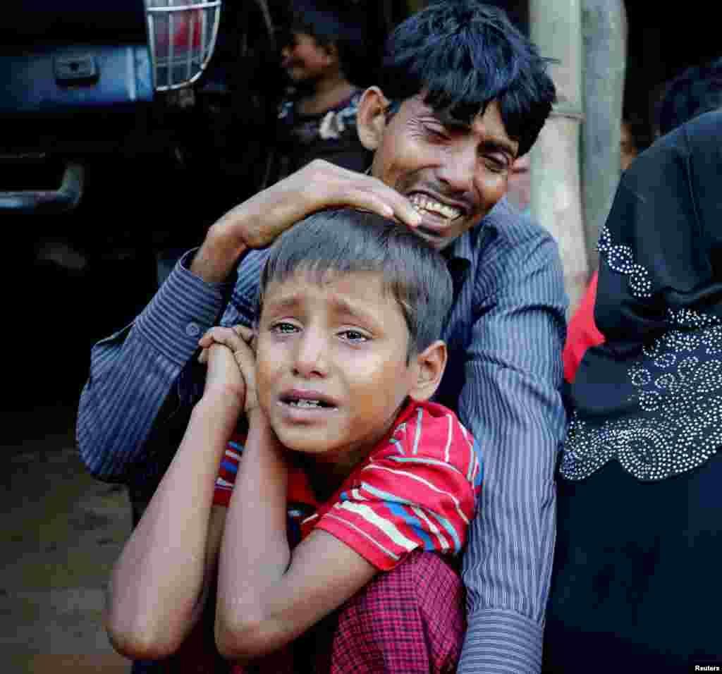گریه یک مرد روهینگیا و پسرش بعد از این که توسط گارد مرزی بنگلادش در ایست بازرسی مرزی دستگیر شدند.