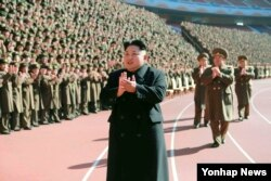 """Lãnh tụ đương qyền Kim Jong Un đã trở thành bằng chứng hùng hồn của thành ngữ """"cha nào con nấy""""."""