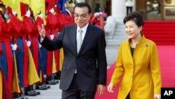 박근혜 한국 대통령(오른쪽)이 한국을 방문한 리커창 중국 총리와 함께 31일 청와대에서 정상회담에 앞서 환영 행사에 참석했다.