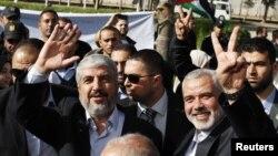 Lãnh tụ Hamas Khaled Meshaal (trái) vẫy tay bên cạnh lãnh đạo cao cấp của Hamas Ismail Haniyeh tại Rafah, miền nam Dải Gaza, 07/12/2012
