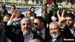 Халед Мешааль (крайний слева)
