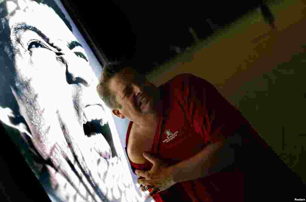 """O muppi com Suarez de boca aberta e dentes """"afiados"""" é um sucesso a qualquer hora do dia. Um homem faz de conta que está a ser mordido no ombro, tal como Chiellini. Praia de Copacabana, Rio de Janeiro, Junho 26. Suarez sofreu a pior punição da Fifa, imposta num Mundial, até aos dias de hoje"""