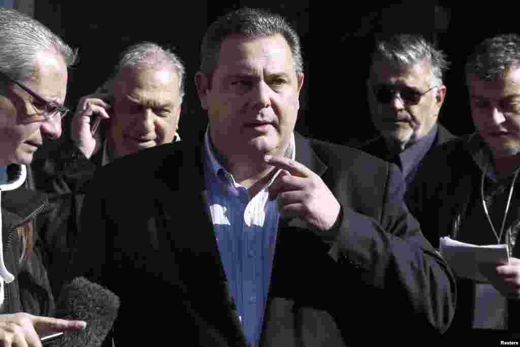 پانوس کامنوس (وسط)، رهبر حزب راستگرای سبز که ضد سياستهای صرفه جويی است، پس از ملاقات باالکسیس سیپراس، رهبر ۴۰ ساله حزب چپگرای سیریزا، مقر حزب سيريزا در آتن را ترک میگويد--۶ بهمن ۱۳۹۳ (۲۶ ژانويه ۲۰۱۵)