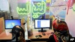 Dos mujeres iraníes surfean en un café-internet en Teherán. Pronto, chatear será un mayor problema en Irán.