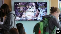 한국 서울역에 설치된 TV에 북한의 풍계리 핵실험장 폐기 발표에 관한 뉴스가 나오고 있다.