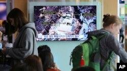 Layar televisi di Seoul Railway Station di Seoul, Korea Selatan, menayangkan berita Minggu, 13 Mei 2015, tentang gambar satelit lokasi uji coba nuklir, Punggye-ri, di Korea Utara. (Foto: dok).