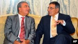 El ministro de Defensa de Túnez Abdelkrim Zbidi (izquierda) habla junto al secretario de Defensa de EE.UU. Leon Panetta.