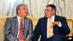 Menhan Tunisia, Abdelkrim Zbidi (kiri) melakukan pembicaraan dengan Menhan AS Leon Panetta di Tunis (30/7).