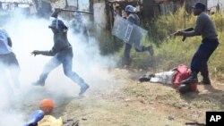 FILE: Armed Zimbabwean police battle rioters in Harare, Monday, July, 4, 2016. (AP Photo/Tsvangirayi Mukwazhi)