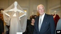 Francuski modni dizajner Živanši na otvaranju izložbe u Budimpešti u Mađarskoj 11. oktobra 2002. (AP Photo/MTI, Katalin Sandor)