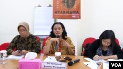 Komisioner Komnas Perempuan Sri Nurherwati dalam sebuah acara Komnas Perempuan terkait kekerasan terhadap PRT (Foto:Dok/VOA/Fathiyah).