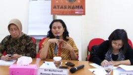 Komisioner Komnas Perempuan Sri Nurherwati (tengah) mendesak aturan bagi pejabat publik untuk mencegah pejabat publik yang melakukan kejahatan perkawinan seperti nikah siri, Rabu 6/2 (foto: VOA/Fathiyah).