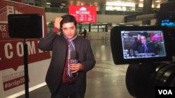 آرش سیگارچی در حال آماده شدن برای گزارش زنده از همایش آیبریج بارسلون.