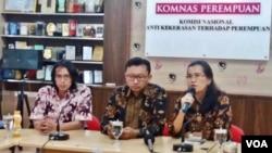 Dari kiri: aktivis Gusdurian Savic Ali, ketua advokasi LBH Jakarta Muhammad Isnur dan Ketua Komnas Perempuan Azriana dalam acara jumpa pers terkait penyerbuan kantor LBH Jakarta dan YLBHI, di kantor Komnas Perempuan, Senin 18/9.(Foto: VOA/Fathiyah)