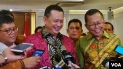 Ketua DPR Bambang Soesatyo (tengah) ketika ditanya wartawan usai bertemu 7 Komisioner Komnas HAM di gedung parlemen, Senayan, Selasa (23/1). (Foto: VOA/Fathiyah)