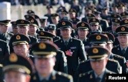 2014年3月中國軍隊代表走向人大會堂參加人大會議。