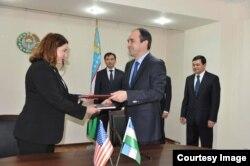 Maxfiy xizmati doimiy vakili Deniz Feydner va Bosh prokuratura rasmiysi Akmalxo'ja Mavlonov, 15-mart, Toshkent